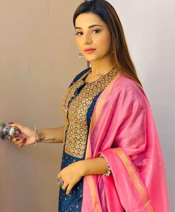 Anushka Srivastava images