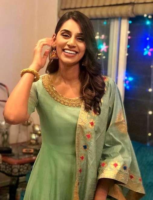 jasprit bumrah wife Sanjana Ganesh wiki Biography images